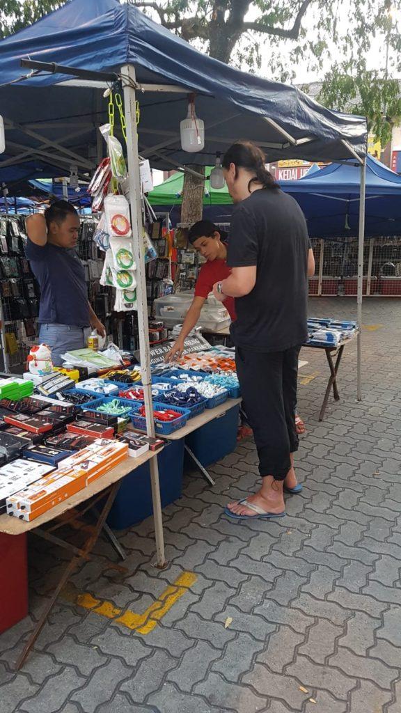 Elektrokram am dem Nachtmarkt