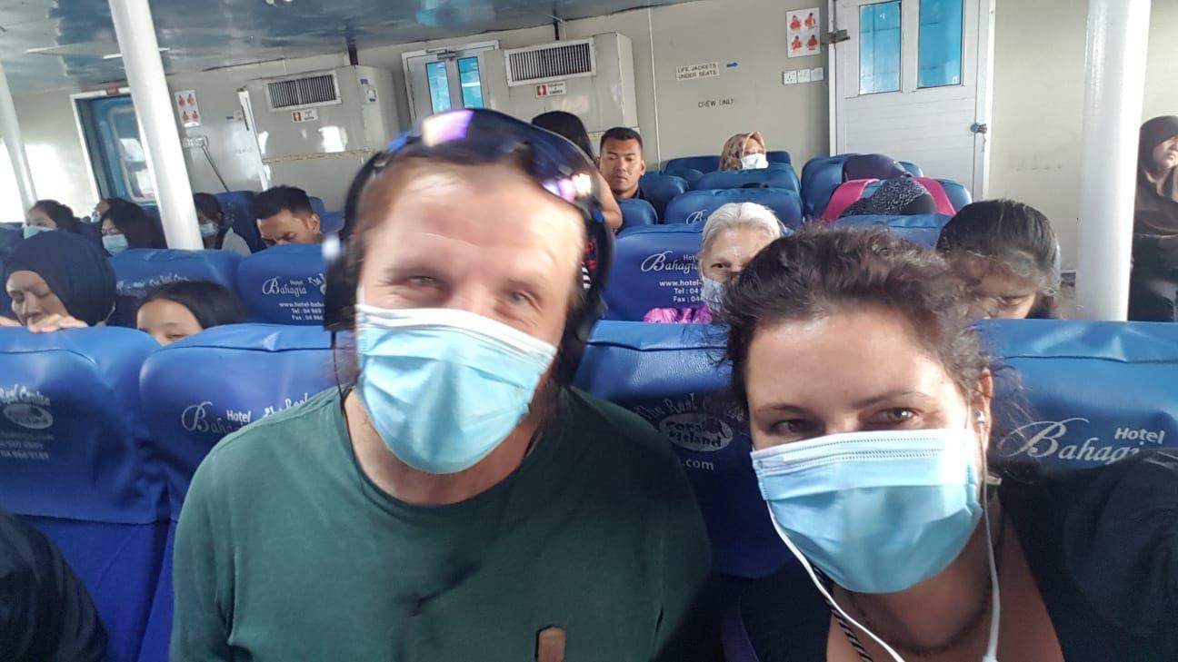 Masken auf der Fähre nach Kuala Kedah
